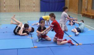 Schüler beim Trainingskampf am Boden