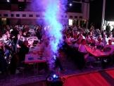 Das Publikum genießt die spektakuläre Show, zückt Handys und lässt sich für Erinnerungsfotos mit den Stars ablichten. Quelle: Ingo Rodriguez