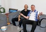 Markus Hartmann (linsk) aus dem Vorstand des Schulfördervereins klönt mit Darts-Weltmeister Glen Durrant im Backstage-Bereich. Quelle: Ingo Rodriguez